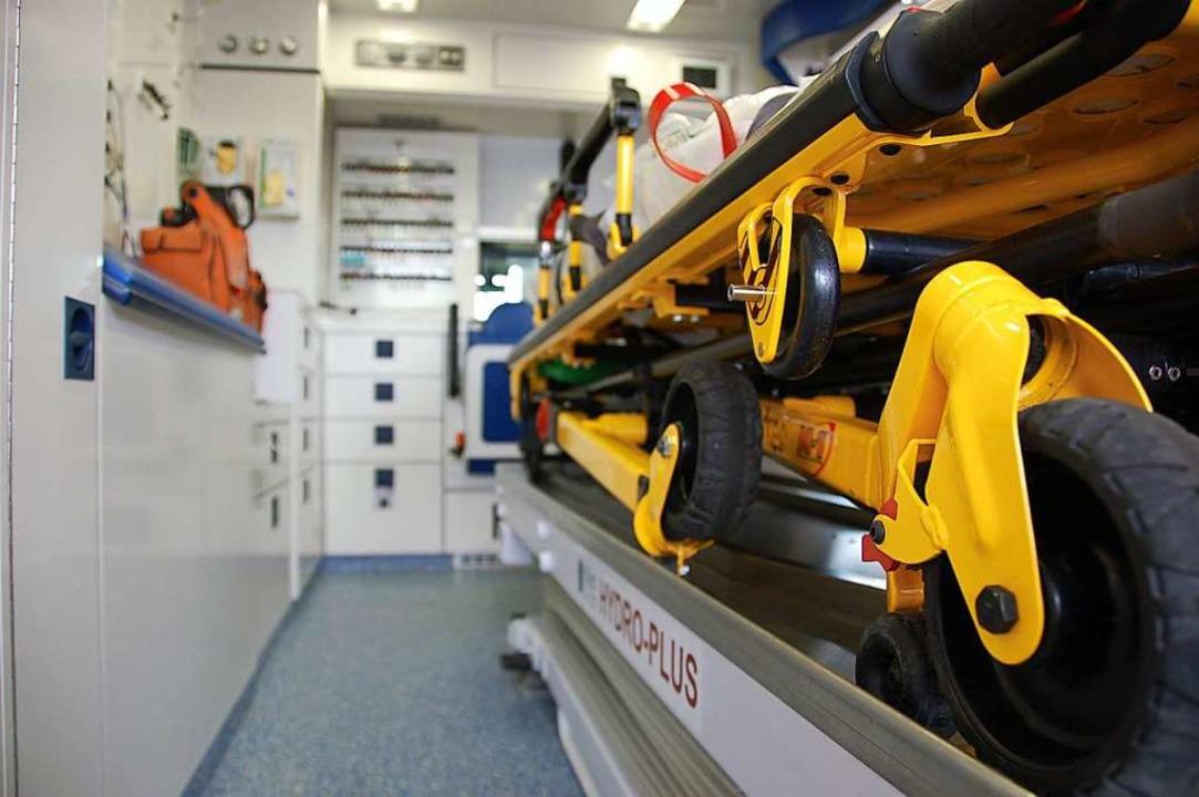 Im Rettungswagen sollte dem Fahrer Blut entnommen werden.  | Foto: Marius Alexander