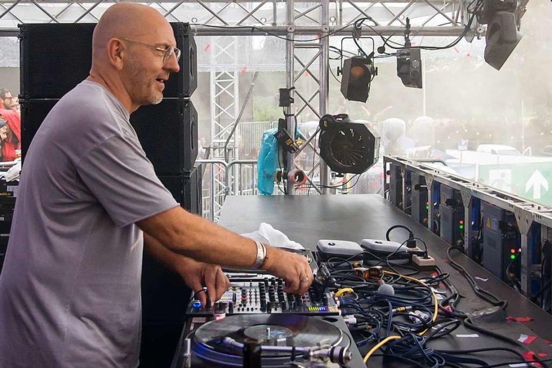 Sven Väth legt ganz klassisch mit Schallplatten auf.  | Foto: Jan Lienemann