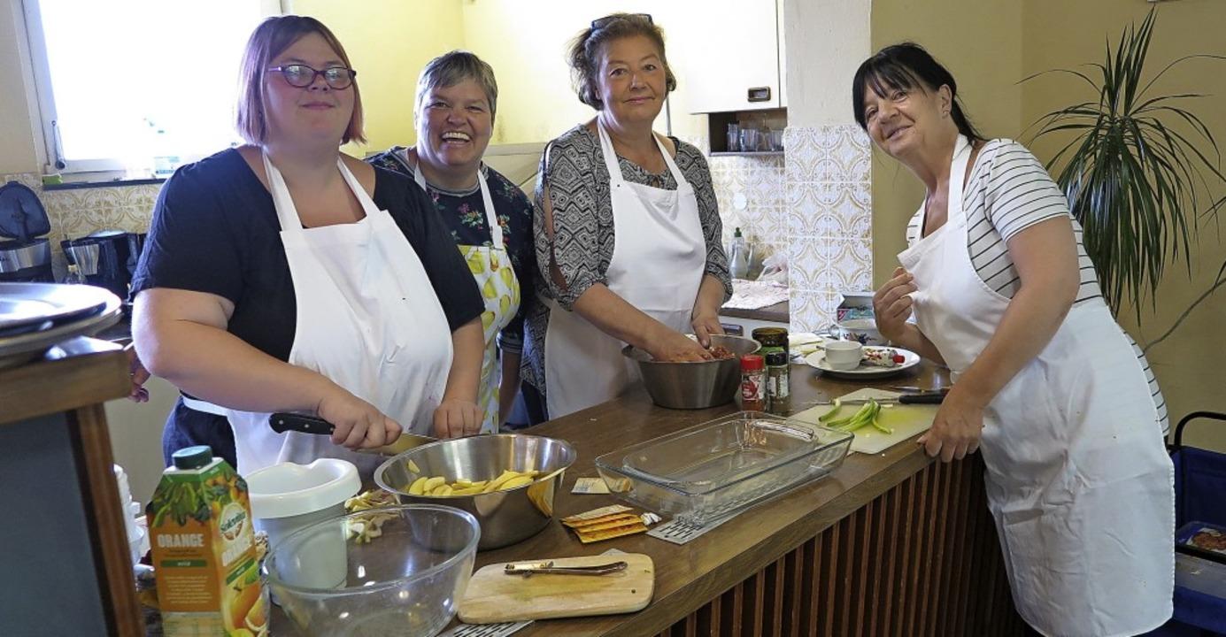 Bei der Vorbereitung des Mittagsmenüs:...egina Steinebrunner (zweite von links)  | Foto: Dorothee Philipp