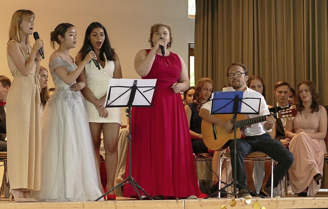 Kim Ngo, Astrid Magendie, Sarah Moroni...er des OGW mit Liedern von Lady Gaga.   | Foto: Yvonne Siemann