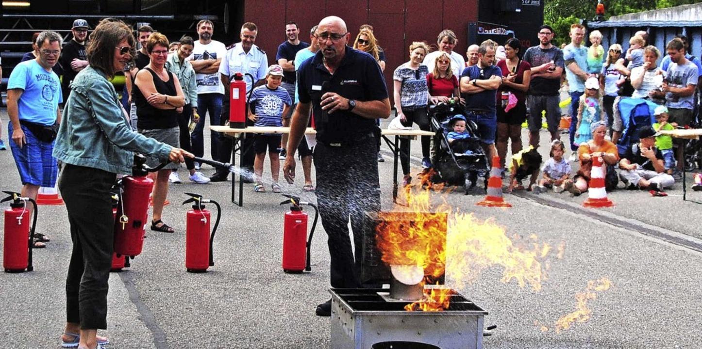 Stefan Kirn (Mitte) erläuterte, was ma... dem Feuerlöscher alles beachten muss.    Foto: Norbert Sedlak