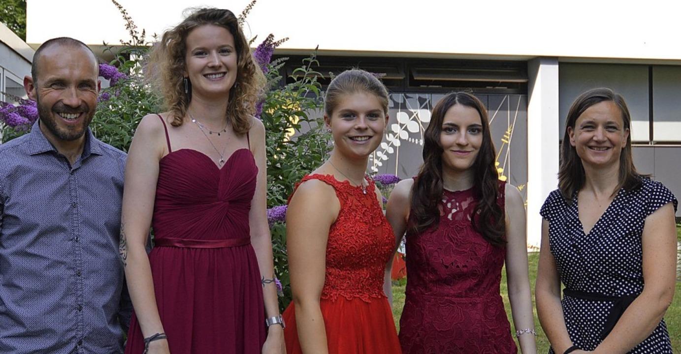 Carina Heilig (2. von links, 1,0/Offen...iterin Uta Klingenberger gratulierten.  | Foto: Schule