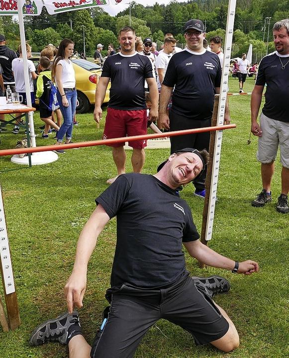 Erster Limbo-Versuch bei 1 m gescheite...ht, doch die Knie berührten den Boden.  | Foto: Eva Korinth