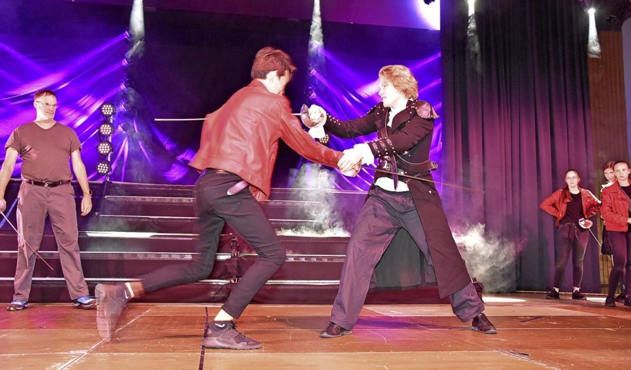 Peters Meyer (links) zeigt den Schüler...f auf der Bühne realistisch aussieht.   | Foto: Heinz und Monika Vollmar