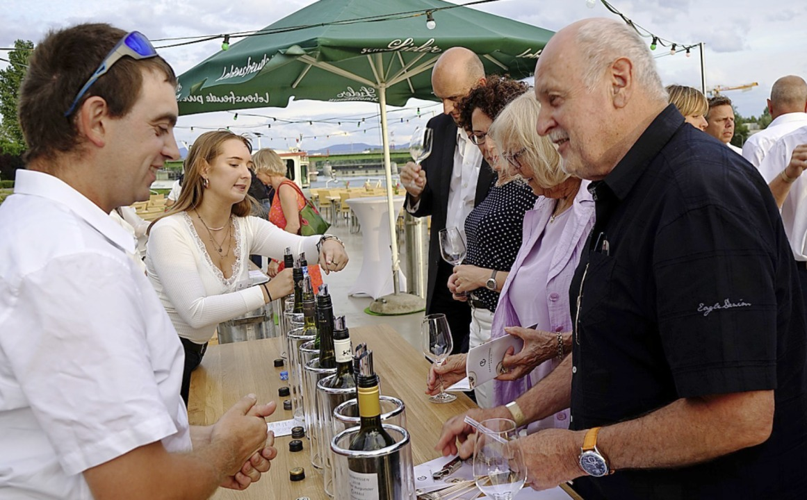 Rund 50 Weine wurden bei der Verleihun...underpreises zur Verkostung angeboten.  | Foto: Julius Wilhelm Steckmeister