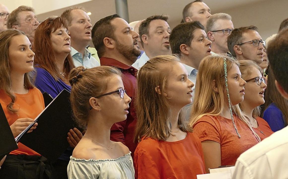 Die Sängerinnen und Sänger bewiesen Vielseitigkeit.   | Foto: Frank Leonhardt