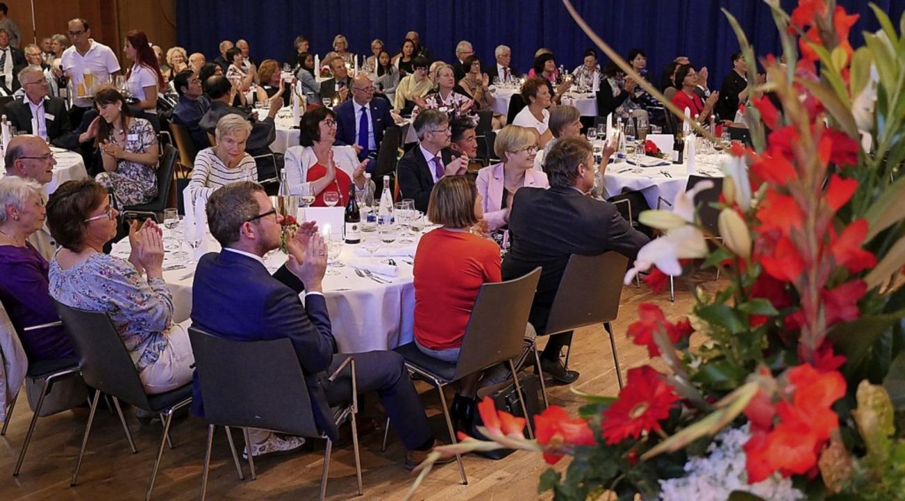 Applaus für 30 Jahre deutsch-japanisch...ollbesetzten Großen Saal des Kurhauses    Foto: Hans-Peter Müller