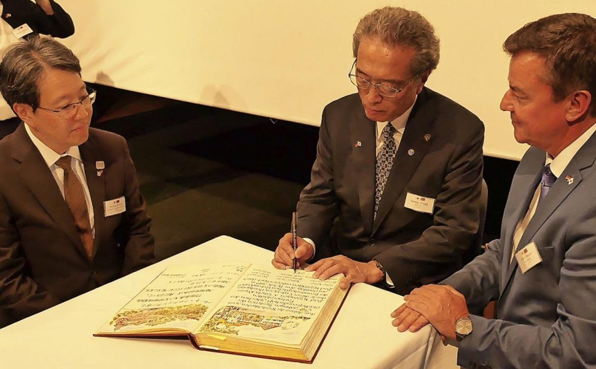 Eintrag ins Goldene Buch der Stadt (vo...eister Katsuji Shuto und Volker Kieber    Foto: Hans-Peter Müller