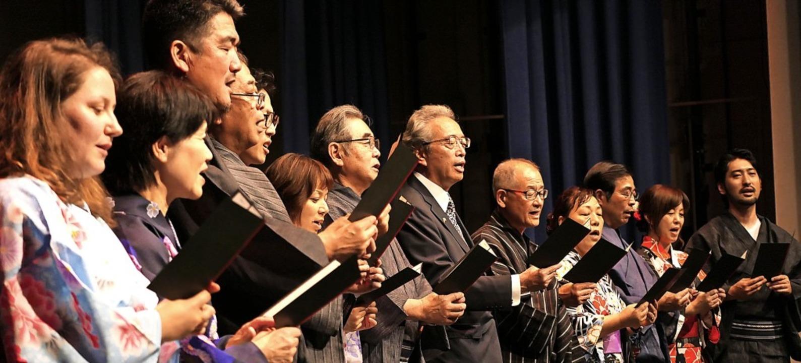 Ein Ständchen für die deutschen Gastge...ang Lieder aus der japanischen Heimat.    Foto: Hans-Peter Müller