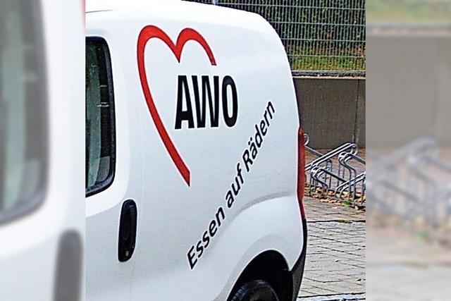 AWO gibt Essen auf Rädern an Sozialstation ab