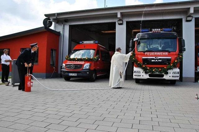 Feuerwehr Pfaffenweiler stellte zwei neue Löschfahrzeug vor