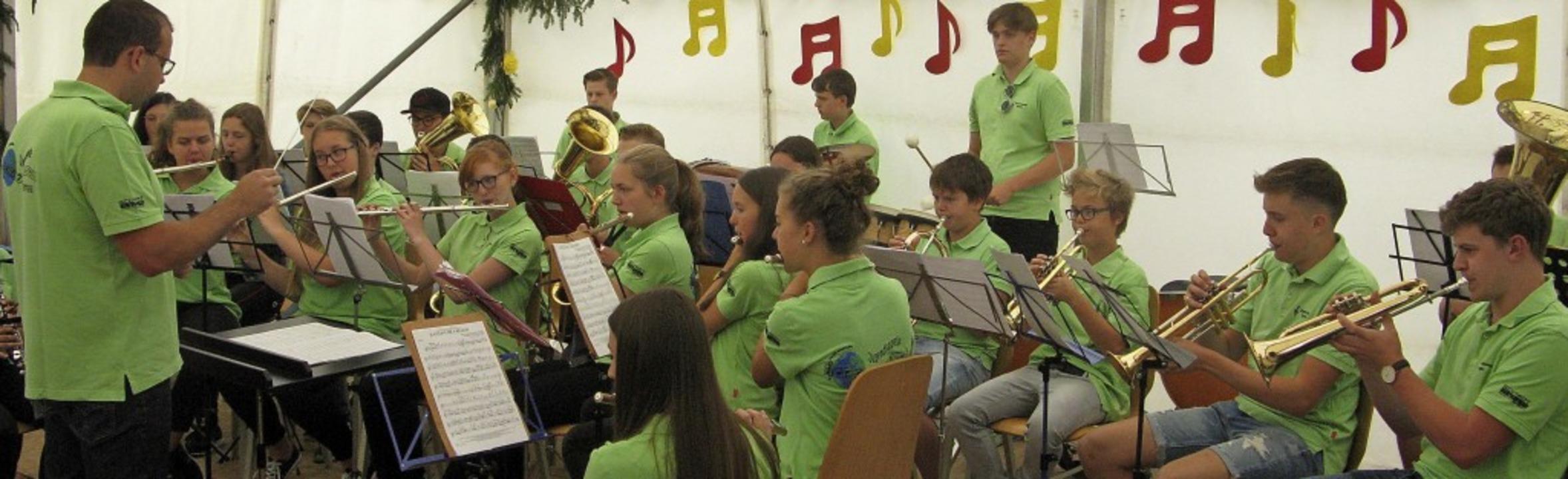 Auch die Bernauer Jugendkapelle hat di...äste im Zelt musikalisch unterhalten.   | Foto: Ulrike Spiegelhalter