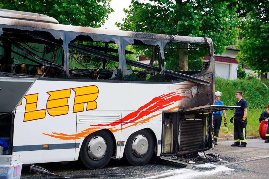 Der ausgebrannte Bus  | Foto: Hemmann (dpa)