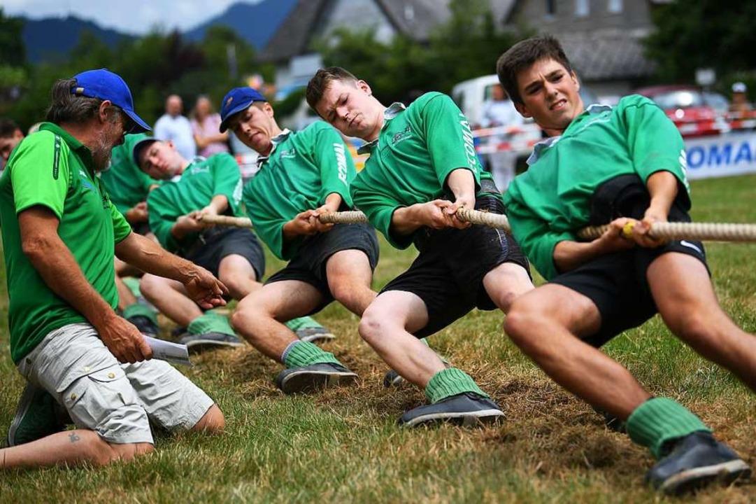 Auf Zuruf des Trainers: Die Männer der...reunde Dietenbach geben am Seil alles.  | Foto: Patrick Seeger