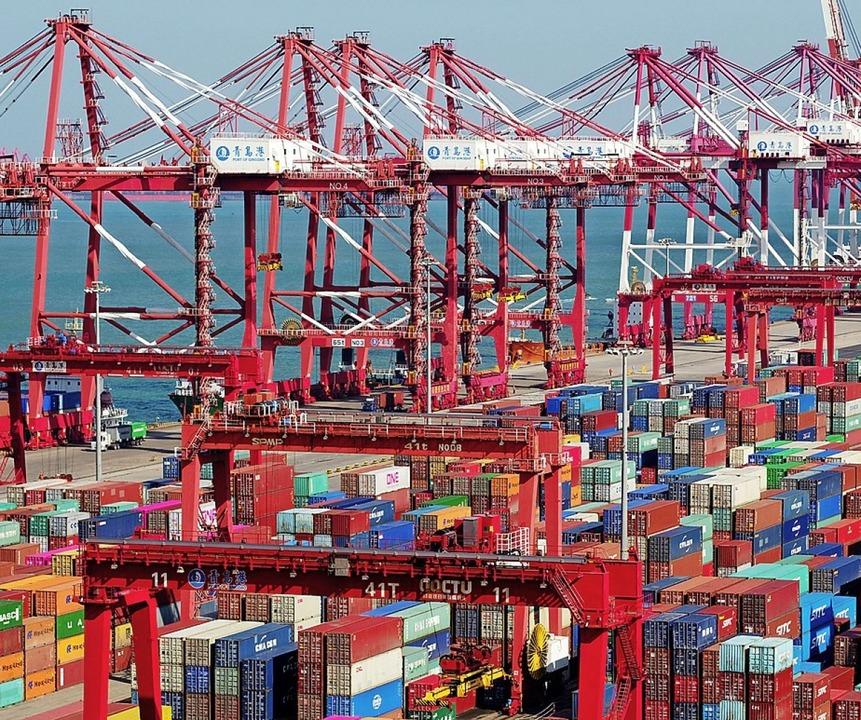 Container im Hafen von Qingdao  | Foto: Yu Fangping (dpa)