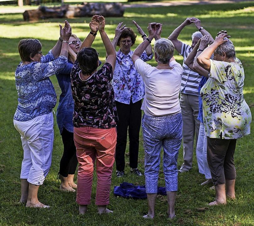 Frauen von Kranken machen Entspannungsübungen.  | Foto: Christoph Schmidt (dpa)