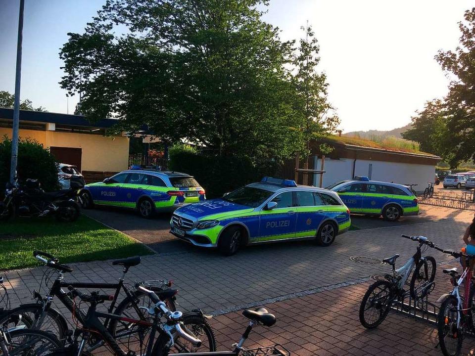 Ein Bild, das in Schopfheim zum Glück ...ört: Streifenwagen vor dem Schwimmbad.  | Foto: Privat