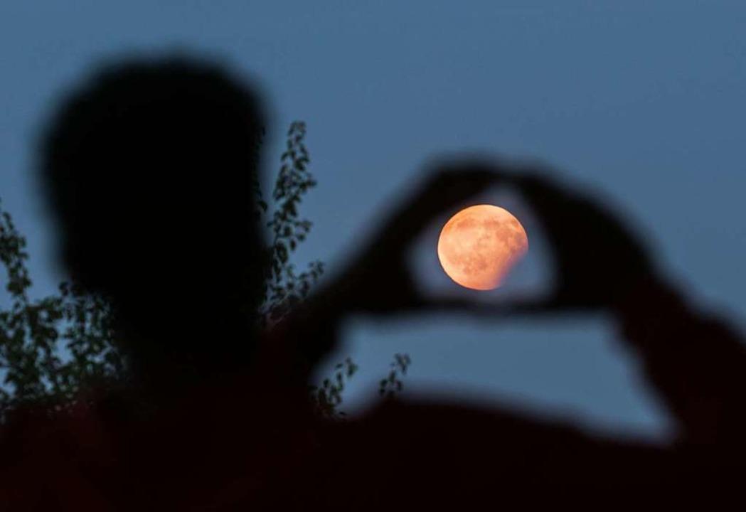 Bei der partiellen Finsternis soll sich der Mond rostrot färben.  | Foto: Frank Rumpenhorst