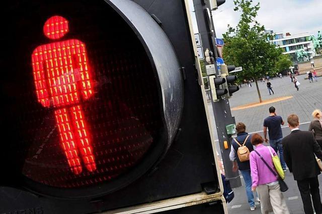 Unfallbeteiligte suchen das Weite, nachdem ein Transporter einen Fußgänger erwischt