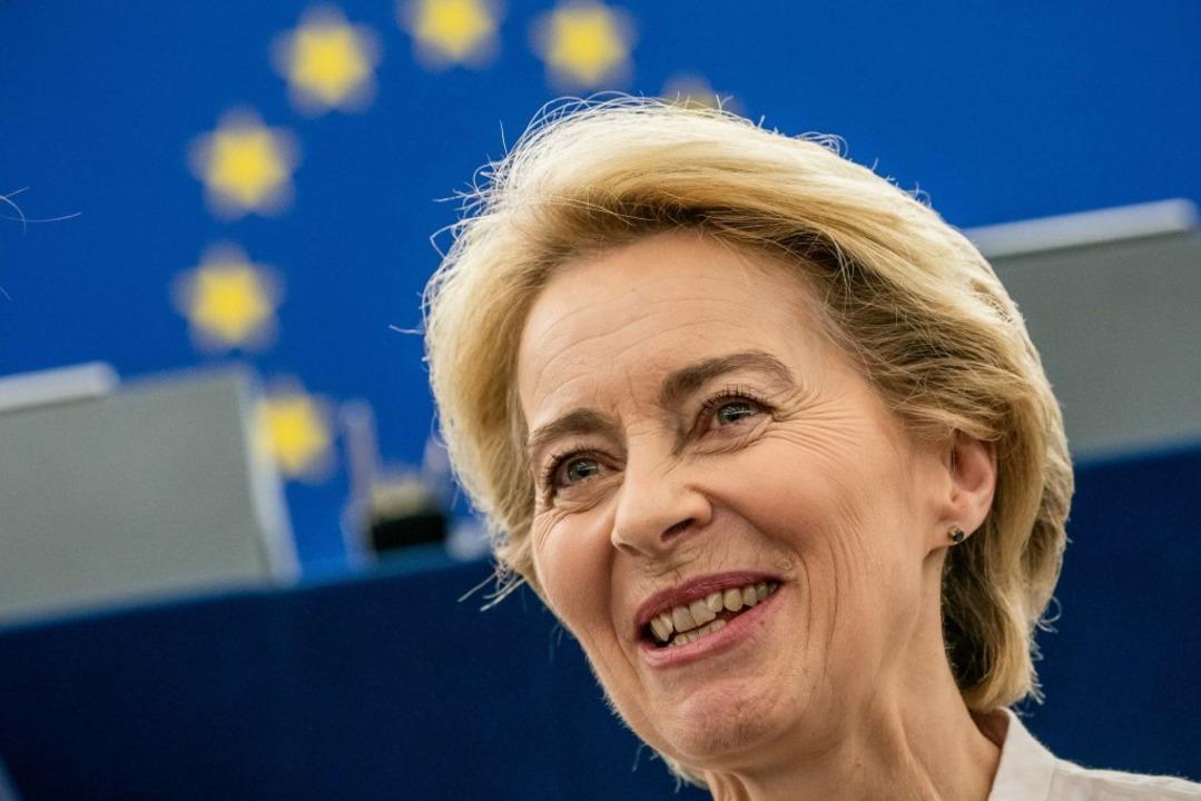 Ursula von der Leyen wirbt  im EU-Parlament für ihre Person.  | Foto: Michael Kappeler (dpa)
