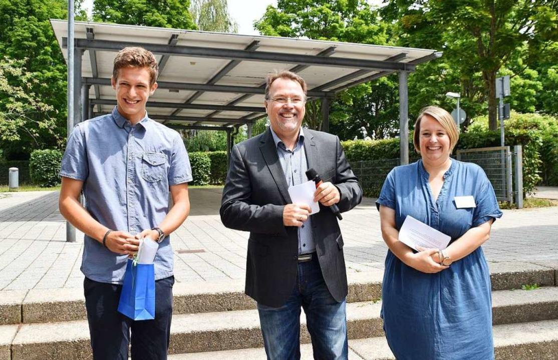 Preisträger Niels Herp mit Bürgermeist...Kopp und Barbara Dike vom Bunten Haus.    Foto: Barbara Puppe