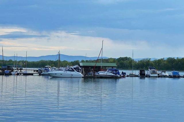 Einsatz wegen sinkendem Motorboot im Yachthafen
