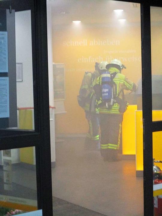 Die Feuerwehr bei den Löscharbeiten  | Foto: Feuerwehr