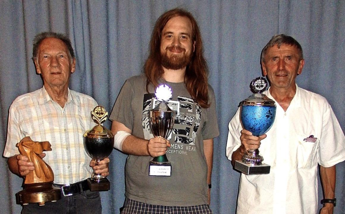 Gunter Sponagel in Vertretung für Mich...n Illner (von links) mit den Pokalen.     Foto: Verein