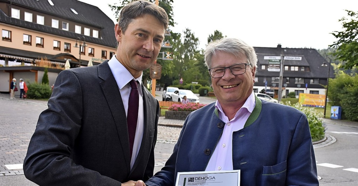 Dehoga-Geschäftsführer Alexander Hangl...berne Ehrennadel des Landesverbandes.   | Foto: Thomas Biniossek