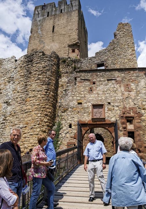 Nach der Doppelführung mit Harald Zieg... über die Burgruine Rötteln erfahren.   | Foto: Ansgar Taschinski