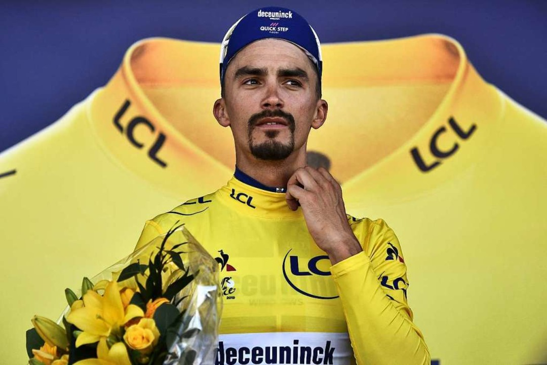 Im  gelben Trikot: Julien Alaphilippe   | Foto: MARCO BERTORELLO (AFP)