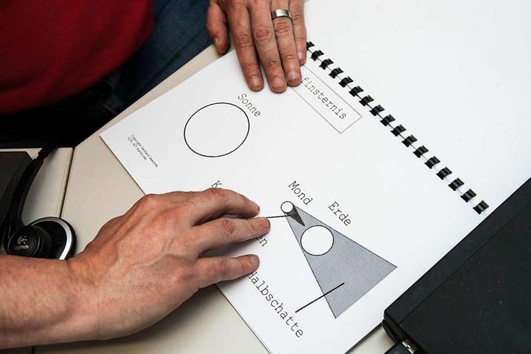 Der begeisterte Astronom Gerhard Jawor...r in Gundelfingen sein neues Buch vor.  | Foto: Anne Behrendt