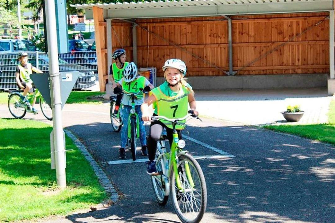 Viertklässler aus Schluchsee beim Üben für die Fahrradprüfung    Foto: Mia Schuppiser