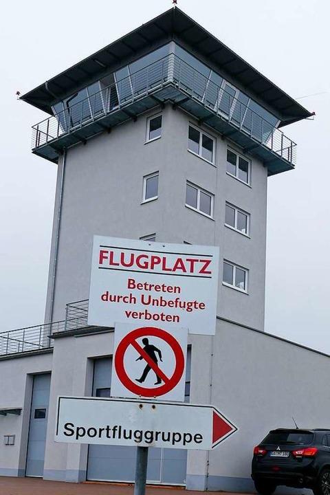 Im Tower am Flugplatz im Gewerbepark werden Starts und Landungen überwacht.  | Foto: Sebastian Wolfrum