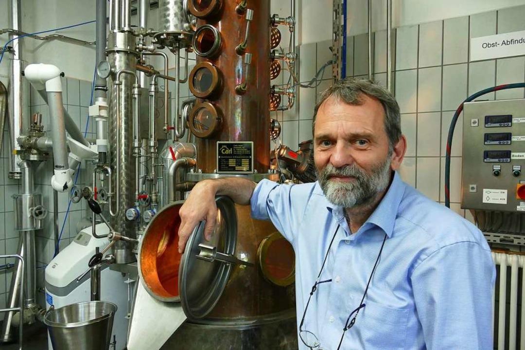 Professor Ralf Kölling in der Brennerei  | Foto: ia