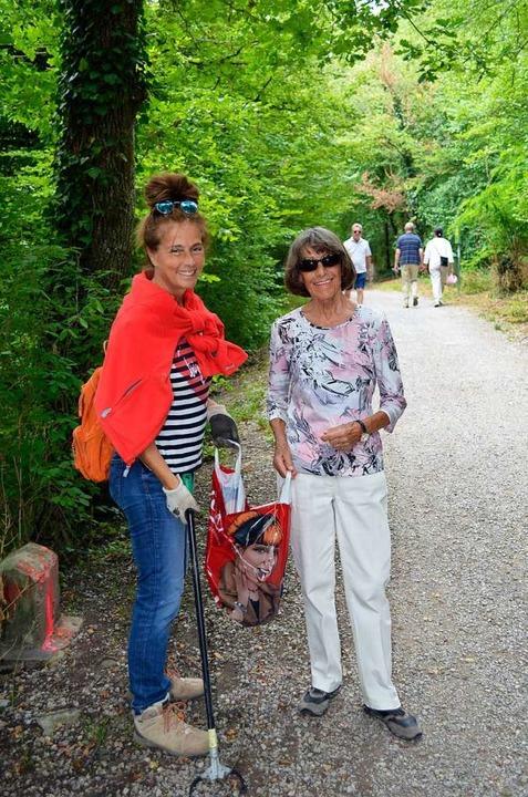 Jaqueline Dumont (links) sammelt seit ... Helfern den Müll am Rheinuferweg ein.  | Foto: Jasmin Radel
