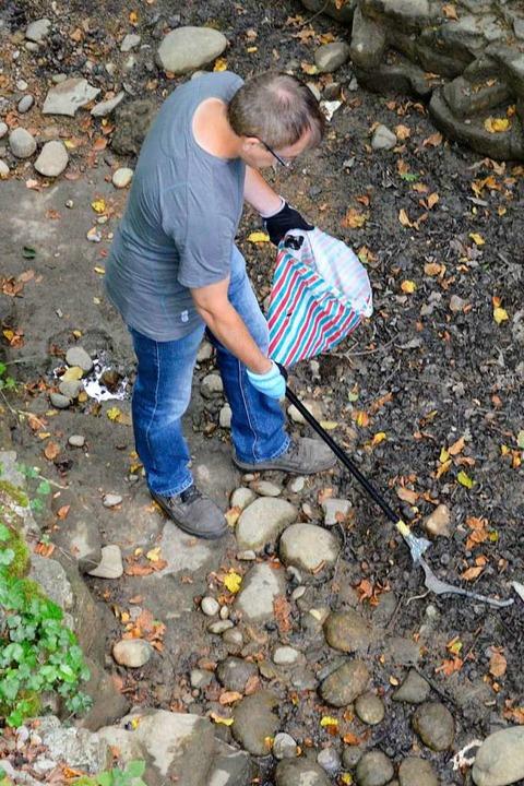 Kleiderbügel im Bachbett  | Foto: Jasmin Radel