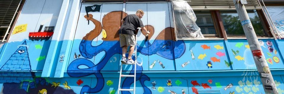 In diesem Uniseminar sprayen Studierende zusammen mit Kid Pone und TTF ein Graffiti