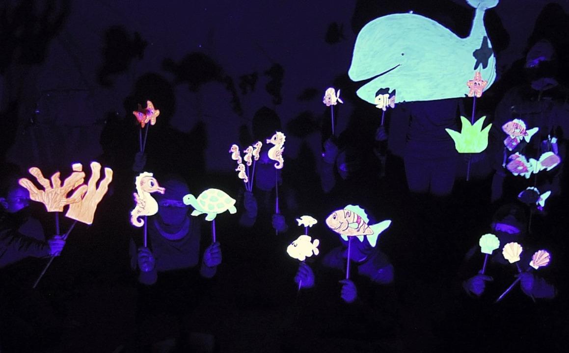 Selbst inszeniertes Schwarzlichttheate...eben der Fische an einem Korallenriff.  | Foto: Roland Vitt