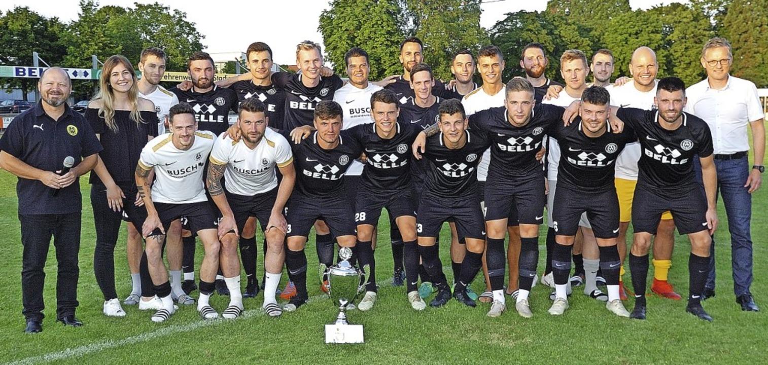 Sieger des Rheincup-Turniers wurde Gas...ger (rechts) gestifteten Pokal holte.   | Foto: Jürgen Schweizer