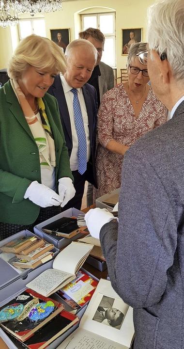 Kulturstaatsministerin Monika Grütters...ihr einige Exemplare aus dem Bestand.   | Foto: Gerhard Walser