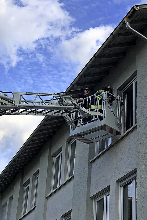 Über die Leiter der  Feuerwehr Steinen ging es in die oberen Stockwerke.    | Foto: Paul Schleer