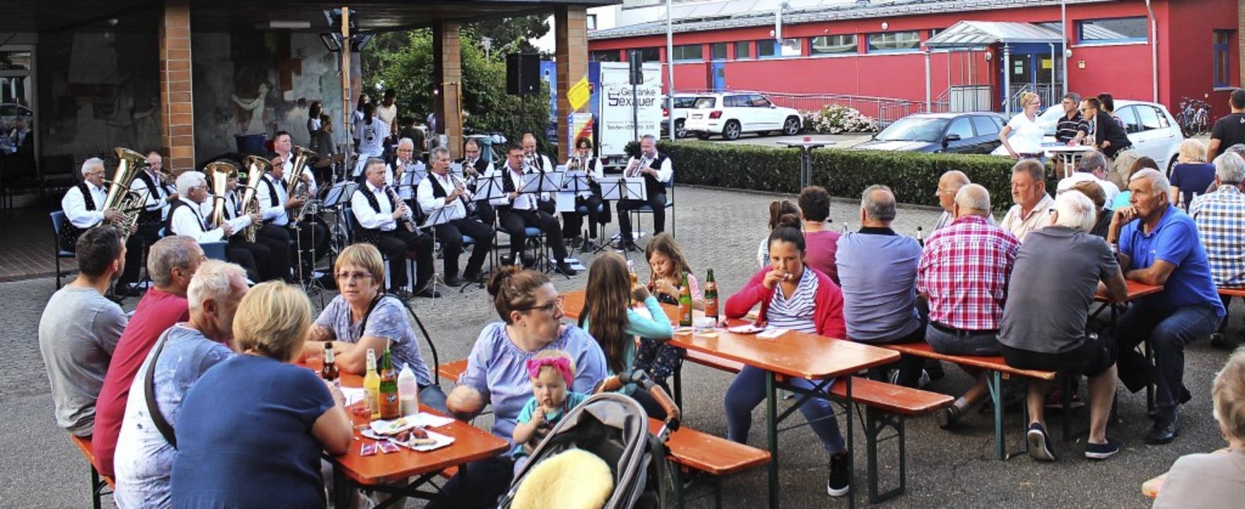 Auf dem Bleibacher Schulhof musizierten die Mihlibach Musikanten.   | Foto: Regina Lorenz