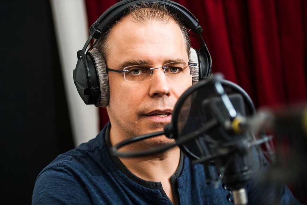 Heiko Grauel beim Einsprechen  | Foto: Andreas Arnold (dpa)