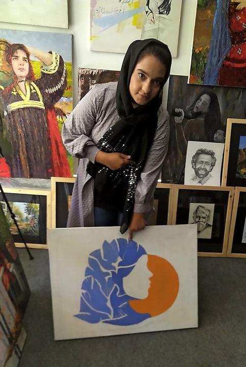 Die junge Malerin Nigena Azimi ist voller Sorge  um die Zukunft in ihrer Heimat.  | Foto: Willi Germund