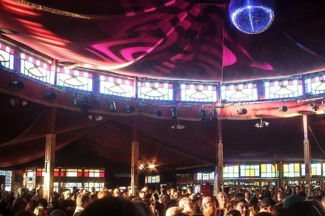 Die vielleicht schönste Partylocation ...iegelzelt auf dem Zelt-Musik-Festival.  | Foto: Janos Ruf