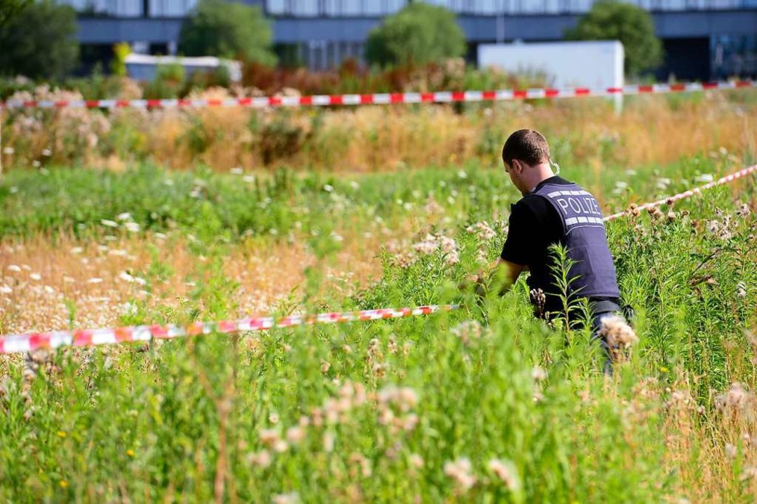 Die Polizei sperrte den Fundort ab &#8...he eines gewerblichen Neubaukomplexes.  | Foto: Ingo Schneider