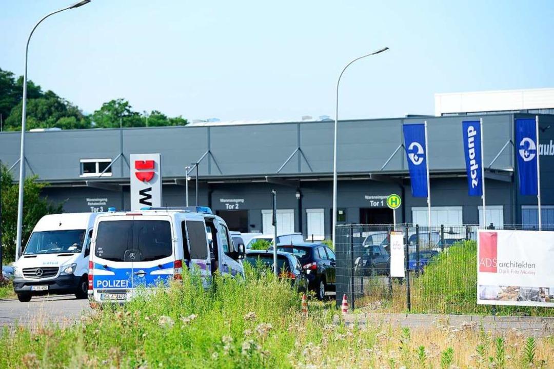 Die Polizei sperrte den Fundort ab &#8...iegt im Freiburger Gewerbegebiet Haid.  | Foto: Ingo Schneider