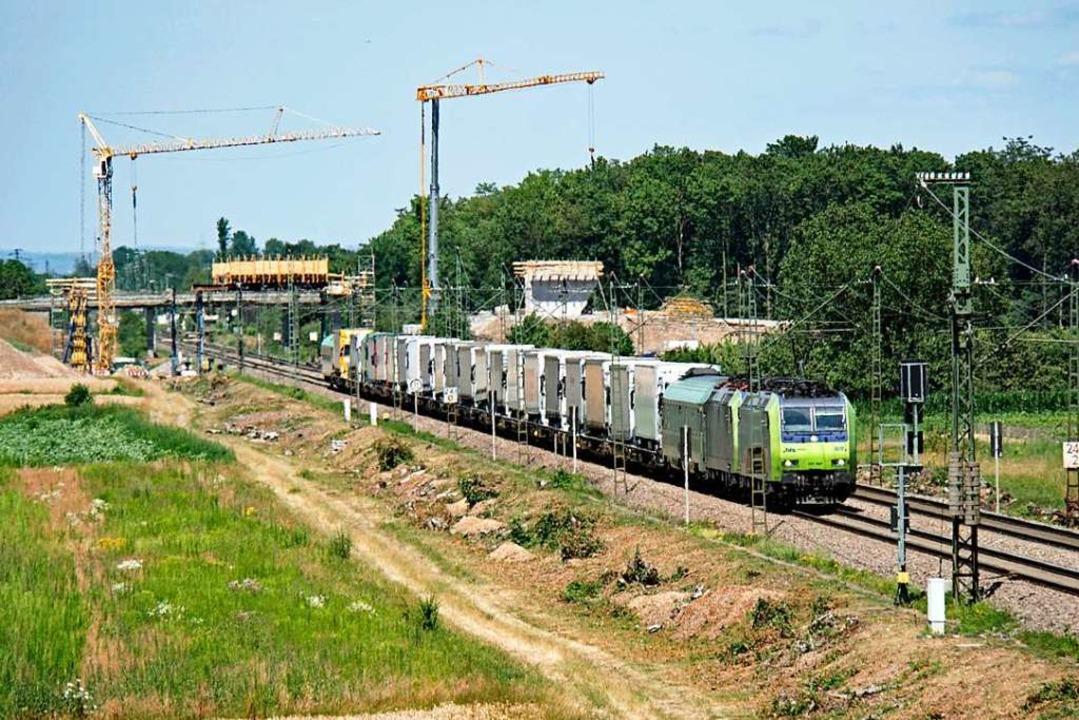 Die Bauarbeiten an der Rheintalbahn im...ch die Ausgestaltung des Lärmschutzes.  | Foto: Heinz Göttlich