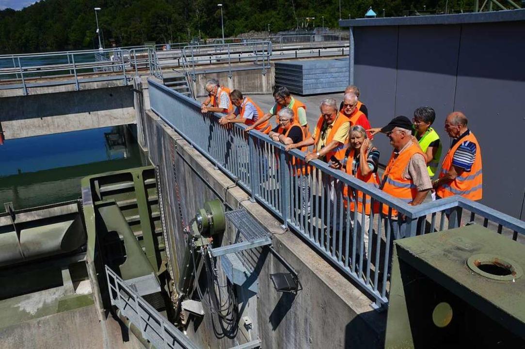 Interessiert schauen sich die BZ-Leser im Wasserkraftwerk um.  | Foto: Horatio Gollin